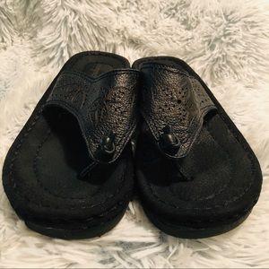 Easy Spirit black thong flip flop sandals